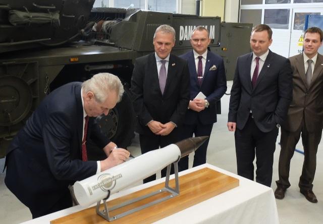 Prezident republiky se podepisuje na maketu tankové střely při návštěvě zbrojovky Excalibur Army ve Šternberku, 21. března 2017. Foto: Czechoslovak Group.