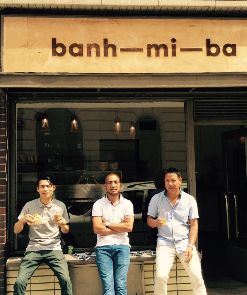 Tři vietnamští mušketýři. Meč vyměnili za voňavé bagety. Foto s laskavým svolením ukradeno z Facebooku banh-mi-ba