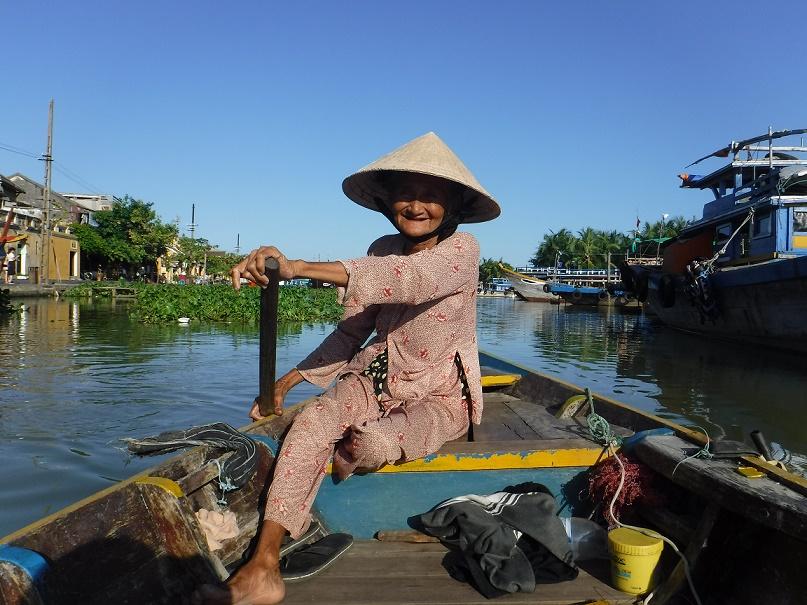 Babi Xong, 78 let, narozená, žijící a pádlující ve starém městě Hoi An