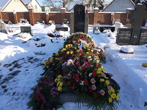 Hrob naší rodiny po pohřbu táty - Jaroslava Vendla