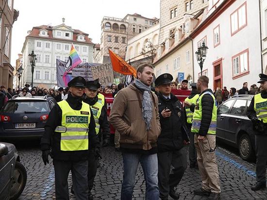 Zde vypadá civilista jako policejní důstojník