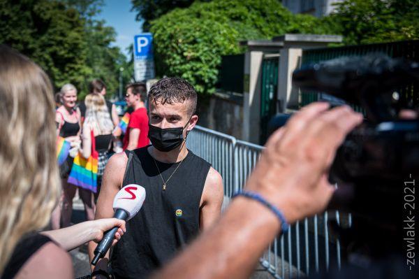 Kryštof Stupka před maďarskou ambasádou 18. června 2021. Foto Petr Zewlakk Vrabec