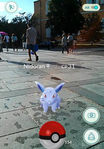 Pokémon Nidoran pozoruje čínské turisty