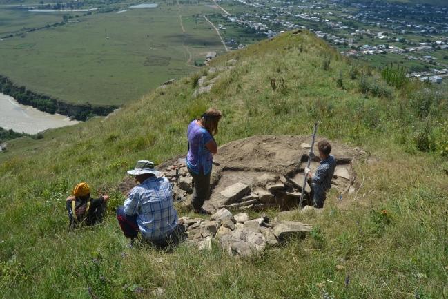 Výzkum moskevských kolegů na ostrožně zachytil skříňkový hrob z doby železné