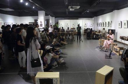 Vernisáž výstavy, která se stala záminkou ke stíhání básníka Lang-c´.