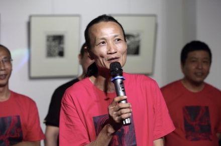 Lang-c´ je členem Nezávislého čínského centra mezinárodního PEN klubu, které v roce 2001 spoluzaložili Liou Siao-po a jeho žena Liou Sia.