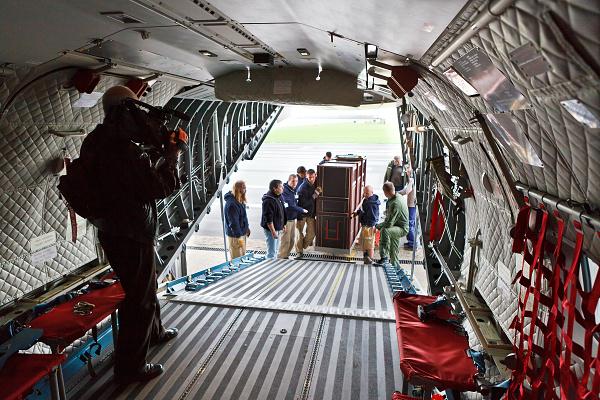 Foto: Zkušební nakládka přepravního boxu do letounu CASA. Foto M. Bobek