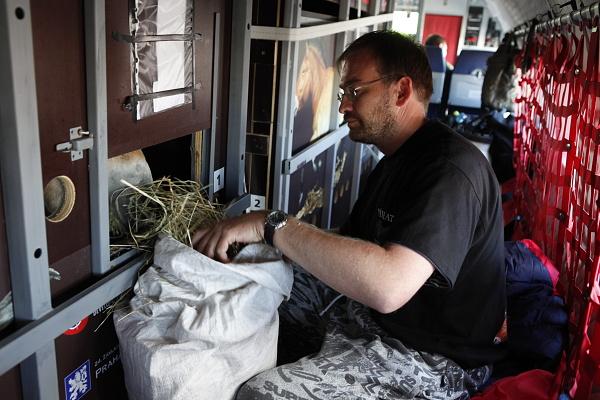 Foto 2874: Veterinář Roman Vodička krmí během mezipřistání v Novosibirsku Matyáše. Foto Miroslav Bobek