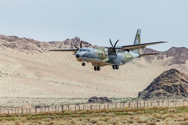 Přistání armádního letounu CASA na nezpevněné letištní ploše v Bulgan Sumu během loňského transportu.