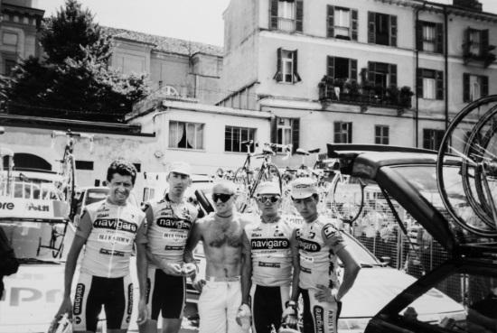 Jan Hnízdil s Lubošem Lomem, Massimem Podenzanou a dalšími jezdci týmu Navigare na Giro d'Italia 1993