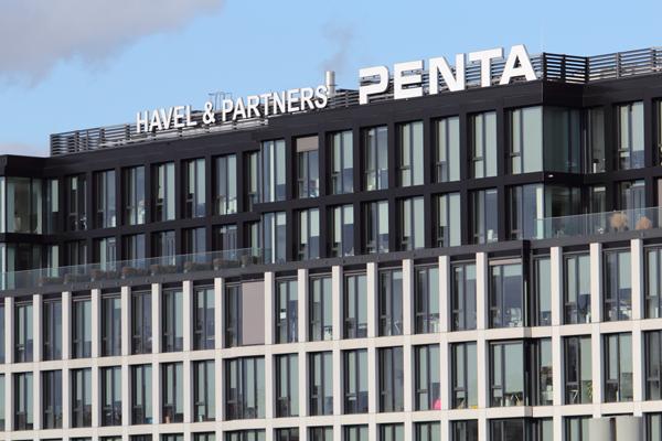 Hospodářská komora a advokátní kancelář Havel & Partners, jejíž právníci se podíleli na zpracování návrhu stavebního zákona, jsou sousedé v pražském kancelářském objektu Florentinum, který postavila developerská divize společnosti Penta a též v něm dosud sídlí. Mysleli jste si, že stát se řídí jen ze Strakovky? Ejhle, máme tu  Florentinum. Foto Lukáš Beran.