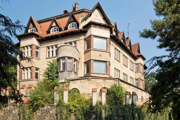 Architekt Viktor Beneš (1858-1922) postavil vilu pro svoji rodinu v letech 1909-1912 a vtiskl jí podobu aristokratického sídla se zřejmou inspirací anglickou vilovou architekturou druhé poloviny 19. století. Převzato z fb stránky Prázdné domy.