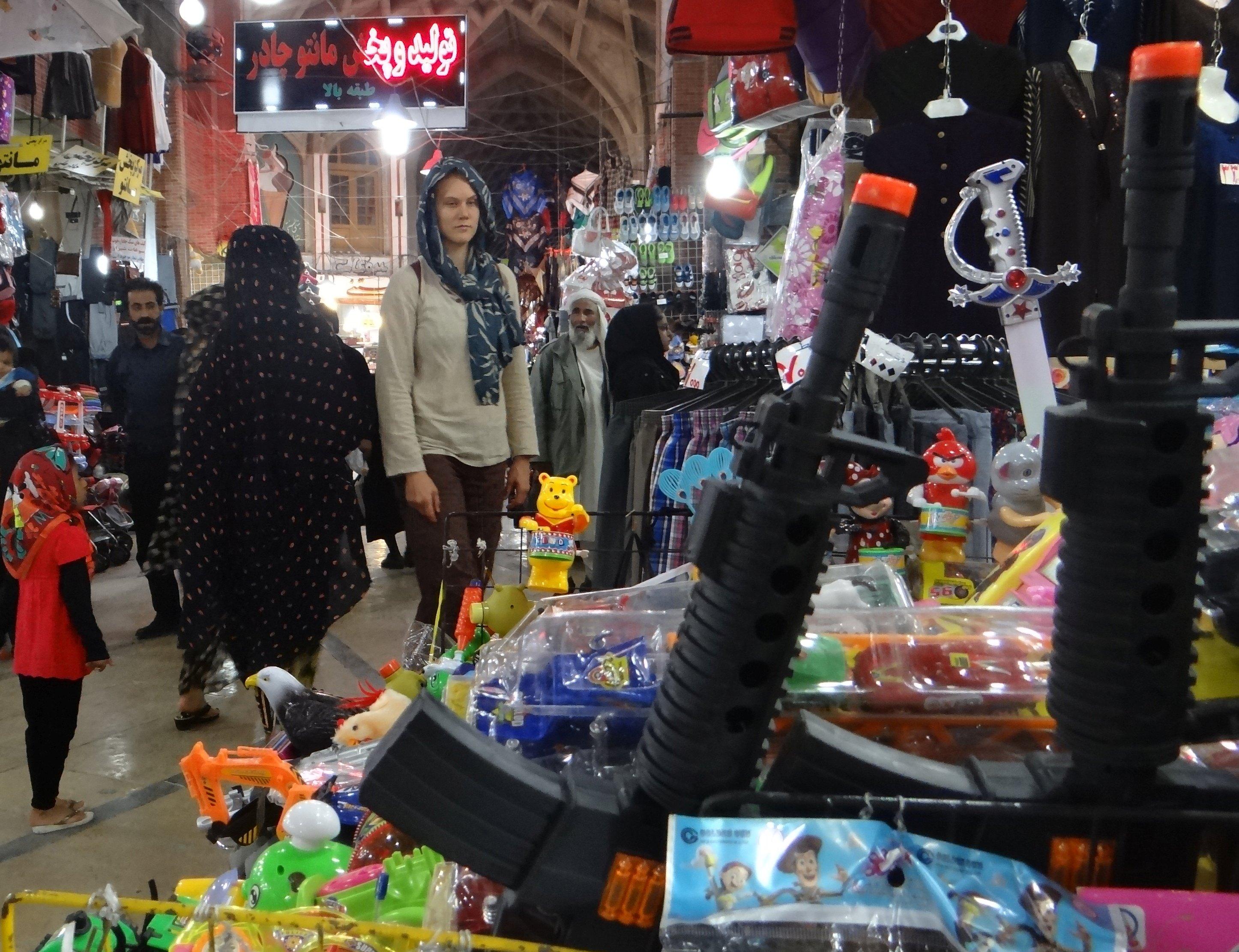 Má žena vybírá zbraně pro Islámskou invazi (Teherán, 2015)