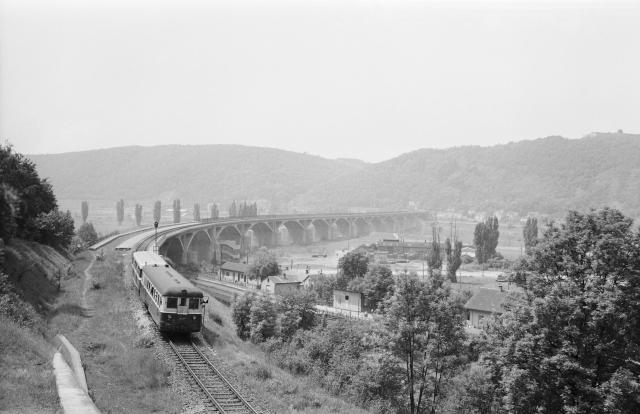 Snímek mostu ze dne otevření 30. května 1964.