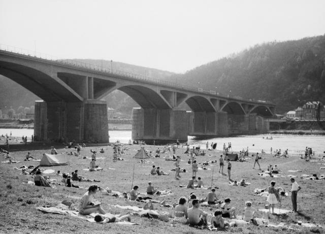 Siesta u Vltavy pod mostem Inteligence, rok 1962.