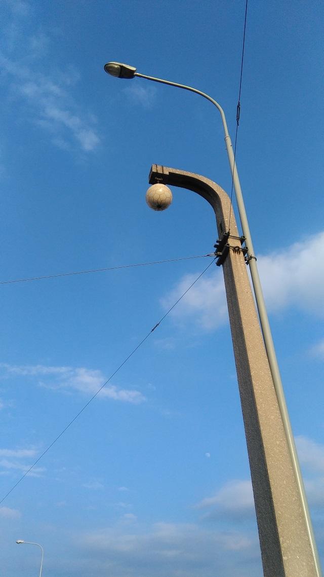 Původní a parazitující lampa [foto: Adam Scheinherr]