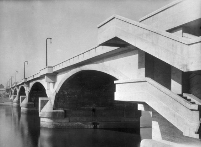 Libeňský most s původními kandelábry po dokončení v roce 1928