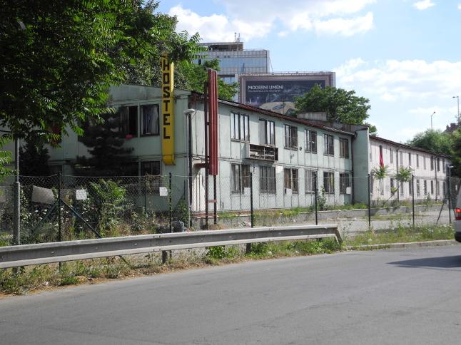 Ubytovna u hlavní silnice: vlevo lidé, kteří v noci nespí, vpravo romští dělníci a rodina s dětmi.