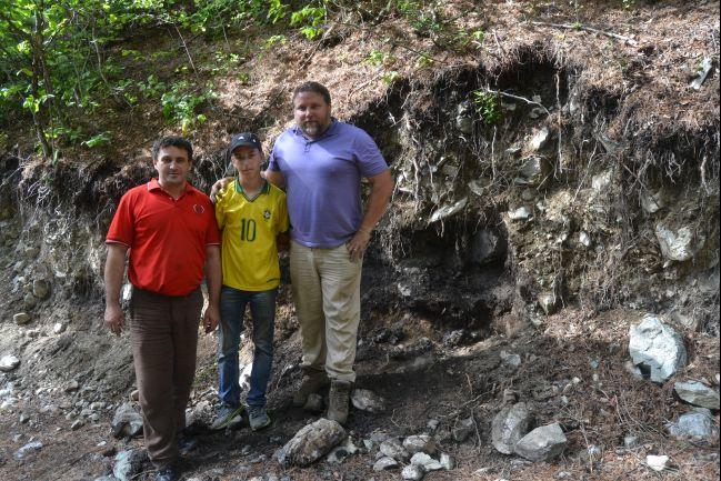 Tady jsem i s nálezcem a jeho synem před jámami s metalurgickými pecemi