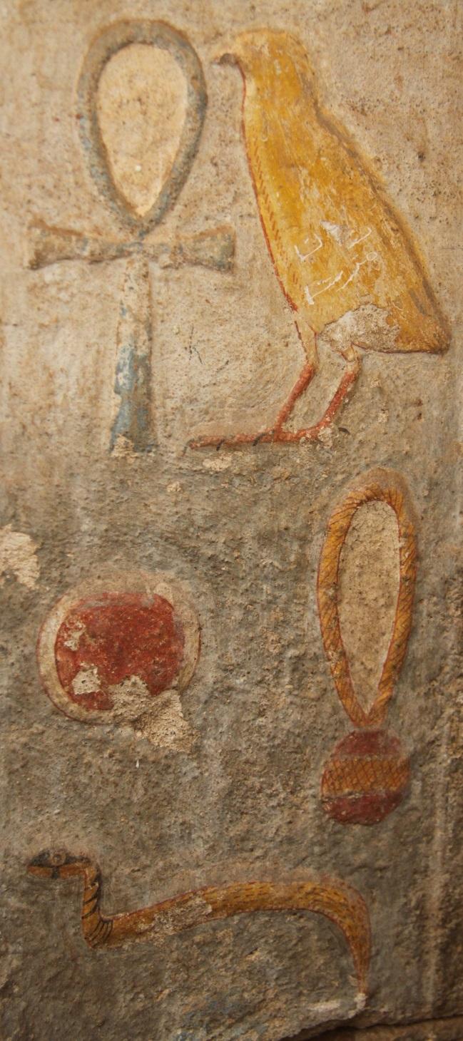 Skvěle zachovaná polychromie nápisu v chrámu Buhen.