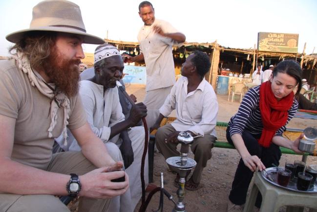 Zastávka na cestě do Usli, s kávou čajem a šišou (zleva: Láďa, řidič, Osman, kuchař Saláh a Lenka).