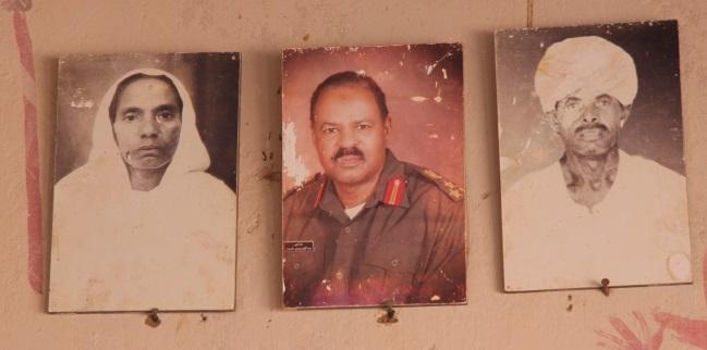 Abdu-Daimovi rodiče a bratr (uprostřed). Obrázky nám visí v jídelně.