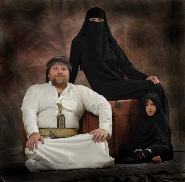 Moje rodina na jaře 2009 po návratu z Jemenu, v jemenském úboru v ateliéru Petra Berounského (foto: samozřejmě PB).