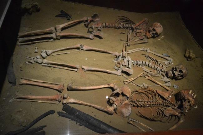 Model gravettského pohřbu z Dolních Věstonic v Antropologickém muzeu v Mexico City