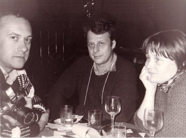 Jan Kavan (vlevo) při své návštěvě v Československu v prosinci 1987 s Petrem Uhlem a Annou Šabatovou v kavárně pražského hotelu Evropa. Foto anglická novinářka Susan Greenbergová. Archív Petra Uhla a Anny Šabatové.
