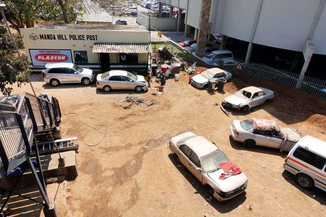 [Lusaka]Policejní stanice je ozdobena vraky havarovaných aut
