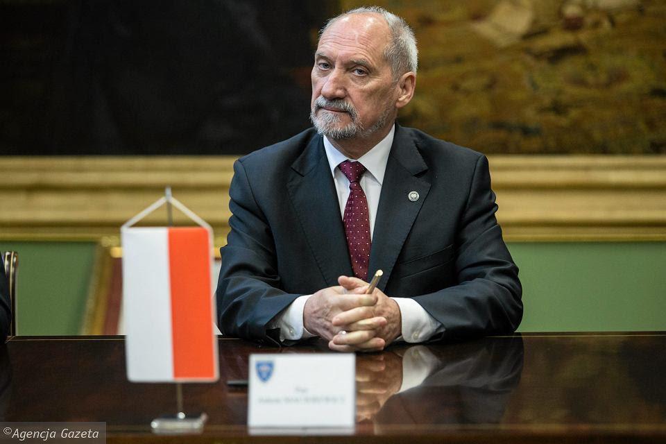J.Kaczyński se zbavil svého nejoddanějšího spolupracovníka A. Macierewicze: mj. nepřinesl důkazy, že by ve Smolensku v r. 2010 způsobil pád letadla a smrt stovky osobností teroristický akt.