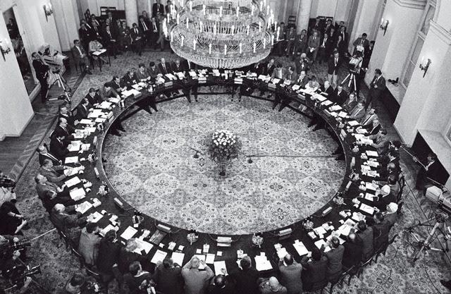 foto: Solidarity.pl<br /> Kulatý stůl 1989: z jedné poloviny opozice, z druhé nomenklatura tehdejšího režimu, mezi nimi 3 biskupové