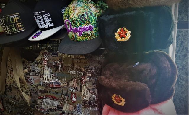 """""""V Praze kousek od Muzea, rozstříleného v r. 68, se stále prodávají sovětské vojenské čepice. Kolem lhostejnost."""" Foto autor"""