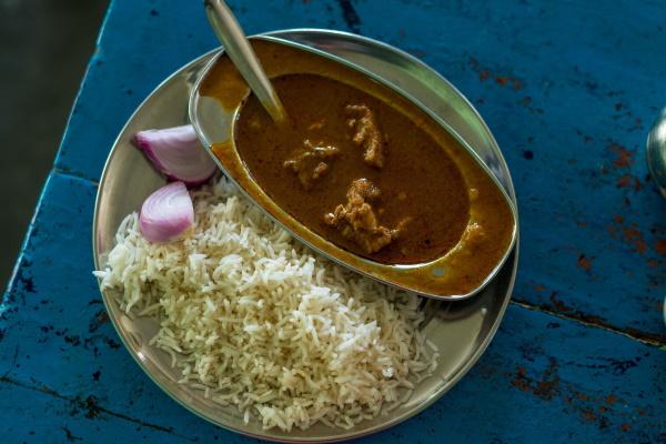 Takhle jednoduše vypadá opravdové indické jídlo. Skopové kari s rýží. Foto: Profimedia
