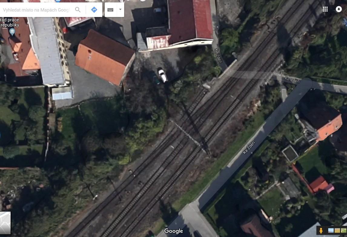 Takto to vypadalo před nehodou: vlečka je ta kolej, která je na dolním okraji snímku nejvíc vlevo, a výhybka-výkolejka je uprostřed snímku
