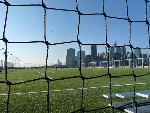 Fotbalový trávník v Brooklyn Bridge Parku, v pozadí Manhattan