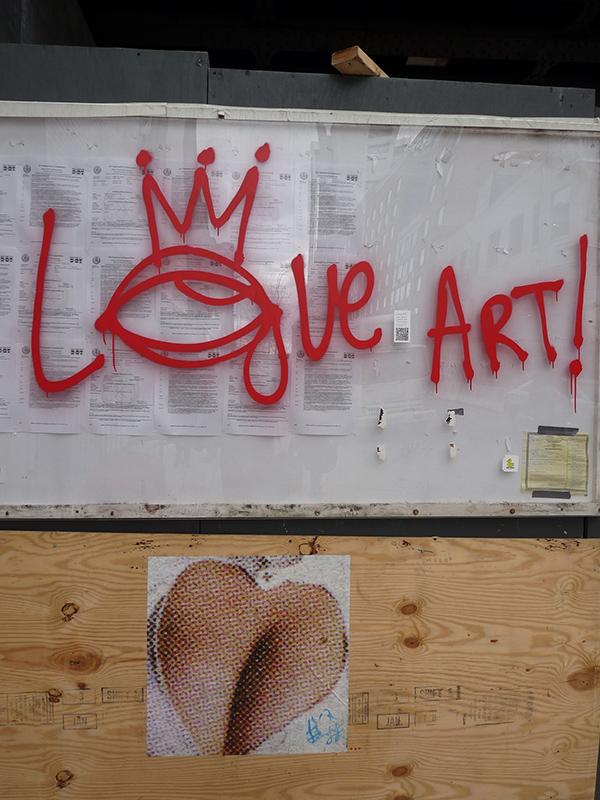 Koruna jako pouliční pocta Basquiatovi