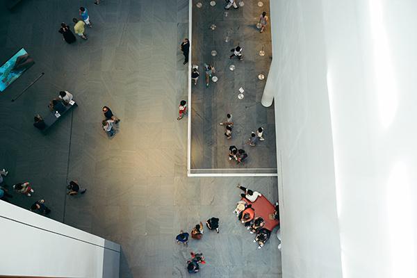 Závrať v MoMA. Foto Josh Wilburn, Unsplash