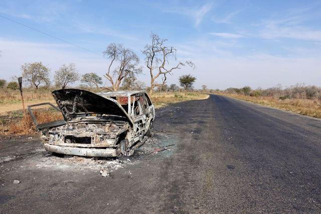 [V od Mazabuka]Havarované auto ponechané na silnici - celkem běžný obrázek