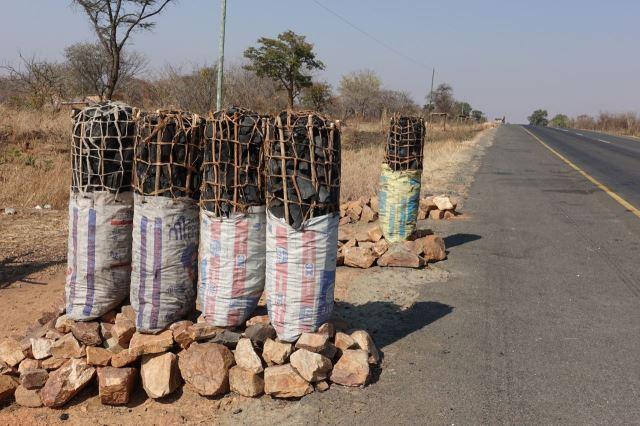 [Z od Zimba]Prodej dřevěného uhlí u silnice, těchto 5 balíků místní převáží běžně na kole