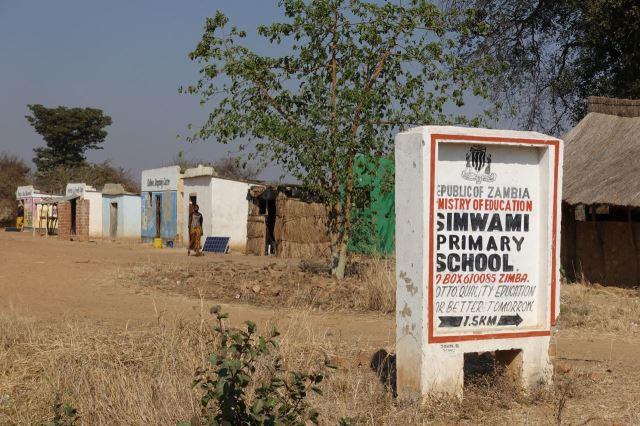[Poblíž Simwami]Typizovaný ukazatel na základní školu - moto: Kvalitní vzdělání pro lepší zítřky