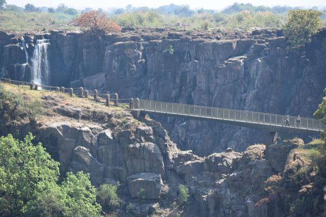 [Victoria Falls]Pohled na Knife Edge Bridge, přepadová hrana vodopádů v pozadí