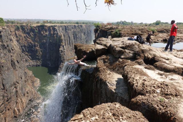[Victoria Falls]... ale je to 100 metrů nad hladinou Zambezi