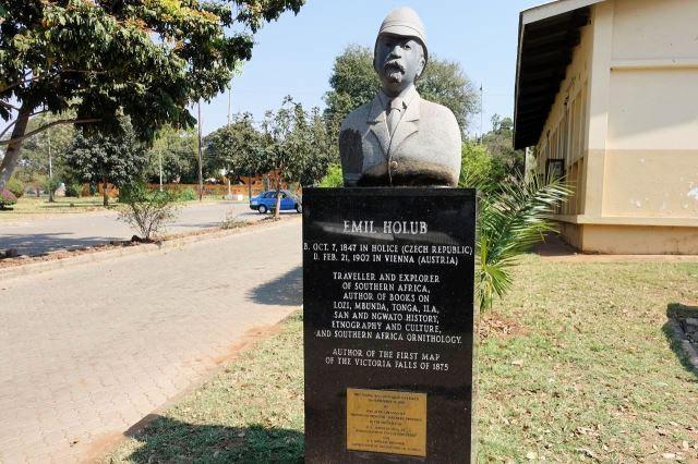 [Livingstone]Socha Dr. Emila Holuba před městským muzeem