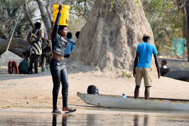 [Okavango Delta]Voda na pití se bere přímo z řeky a všichni místní jsou nadšeni, jak to mají blízko. Mimochodem, děvče v tom outfitu došlo do vody tak daleko, že jí sahala nad pás.