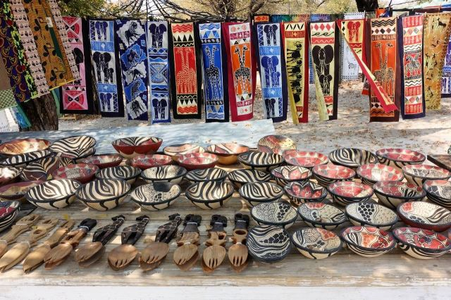 [Maun]Nabídka řemeslných výrobků u silnice