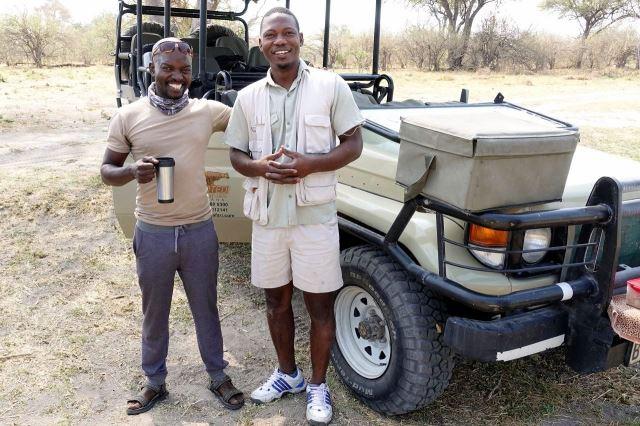 [Moremi Game Reserve]Pandly (vpravo) a jeho kamarád průvodce