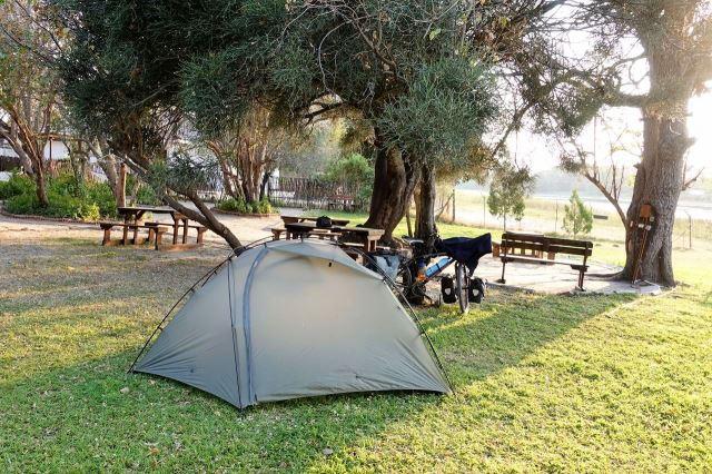 [Maun]Svělý kemping v Motsebe Backpackers - tráva, stoly, lavice