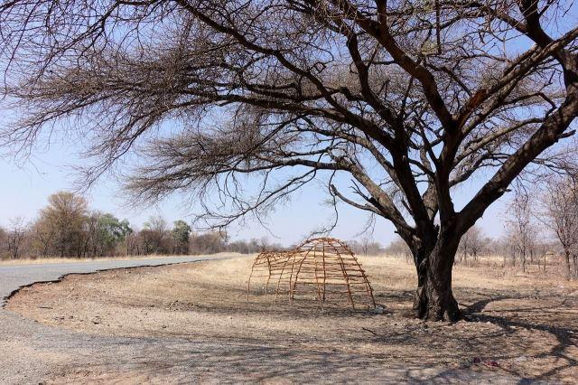[30 km J od Nata]Kostra stanového domku vystavená před ohradou výrobce