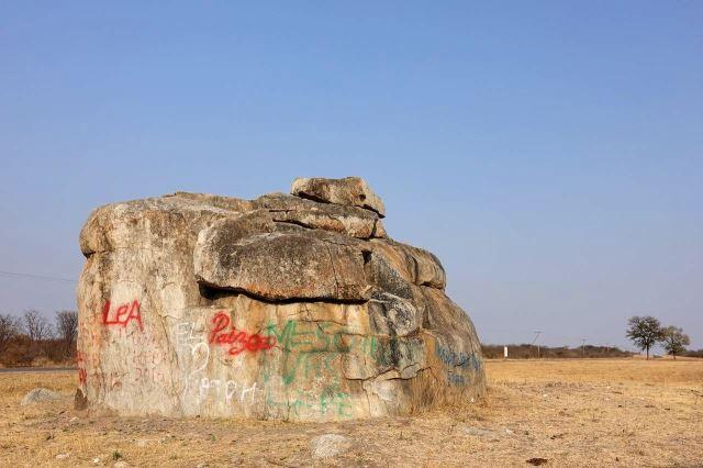 [130 km J od Nata]Krajinu oživily skály a velké balvany